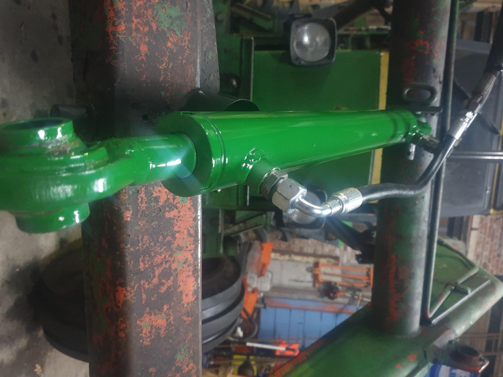 Maatwerk hydraulische cilinders. De oude cilinder was dusdanig beschadig en krom, helaas was deze niet meer te herstellen. Wij maken cilinders van pas en dragen zelfs zorg voor een bijpassende kleur! Het hele plaatje compleet.